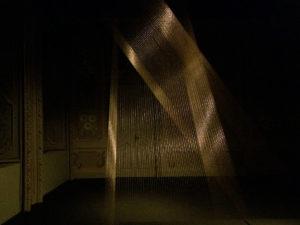Lygia Pape, Ttéia 1, C, 2000, cavi dorati e luce.