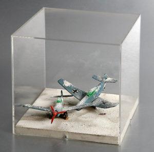 Remo Bianco, Sculture neve – Aerei, 1965 Tecnica: due aerei in plastica e neve artificiale in teca di plexiglas Misure: (teca) h 20,5 x 20,8 x 20,8 cm Collezione privata