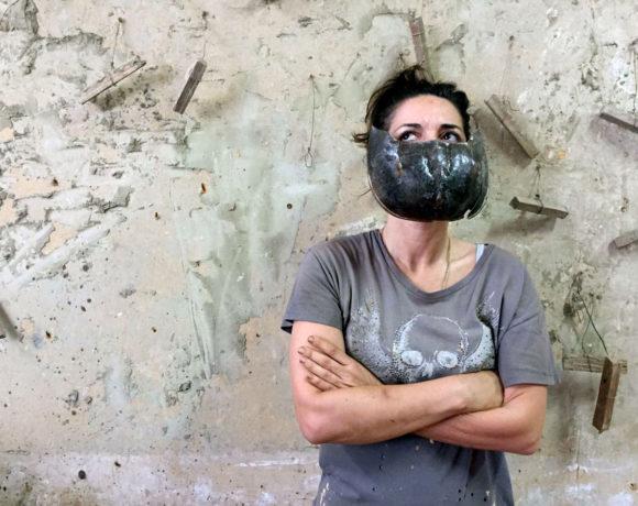 Arianna Carossa, Fiori di pesco, argilla cruda, gomma, legno. 2019