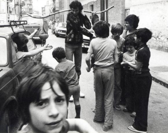 """Carlo Fontana """"L'ambulante del colore"""" Bagnoli, Napoli, 1976, azione sul territorio con il gruppo degli Ambulanti"""