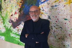 Giuseppe Morra davanti a un'opera di Shimamoto, ph. Fabio Donato © Fondazione Morra