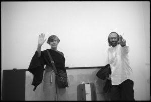 Emilio Prini e Lisa Ponti nella Galleria Toselli, Milano, inizio degli anni Novanta. Foto Davide Colombo, courtesy Franco Toselli