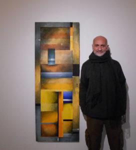 Bagrat Arazyan accanto all'opera Geometria 4, del 2019, ph Archivio A.Curto