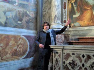 Giancarlo Bonomo, all'interno della Basilica di San Giusto (Trieste), durante una lezione di storia dell'arte, ph courtesy Eclipsis Style Project