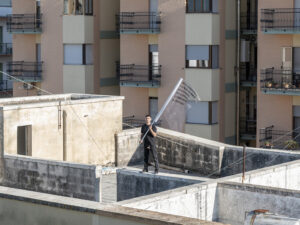 Performance di Parola tra Gesto e Architettura: Post Disaster, Rooftop Landing, ph. Alice Caracciolo, Courtesy studioconcreto