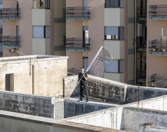Performance di Parola tra Gesto e Architettura: Post Disaster, Rooftop Landing, ph. Alice Caracciolo, Courtesy studioconcreto