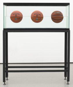 • Three Ball 50/50 Tank (Spalding Dr. JK Silver Series), 1985, vetro, acciaio, acqua distillate, tre palloni da basket, 153,7 x 123,8 x 33,7 cm