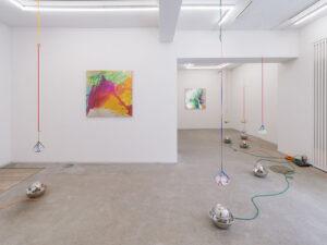Vista parziale della mostra di Aki Sasamoto e Tsuruko Yamazaki da Take Ninagawa, Tokyo
