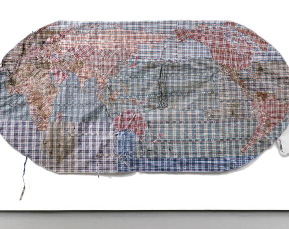 Dan Halter, Rifugiato Mappa del Mondo (China-centric), 2019 borsa di plastica intrecciata ritrovata e modificata, courtesy l'artista e Osart Gallery, Milano