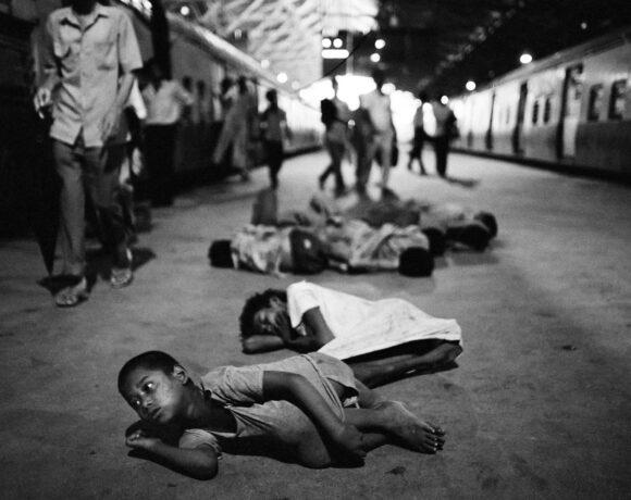La sveglia del mattina della gang di Victoria Terminus Station lungo la banchina del binario numero sette. Bombay, India © Dario Mitidieri 1992
