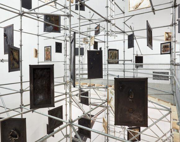 Vista parziale della mostra 1525 di Victor Sonna al Van Abbemuseum di Eindhoven. Ph Ronald Smits, courtesy dell'artista e Van Abbemuseum